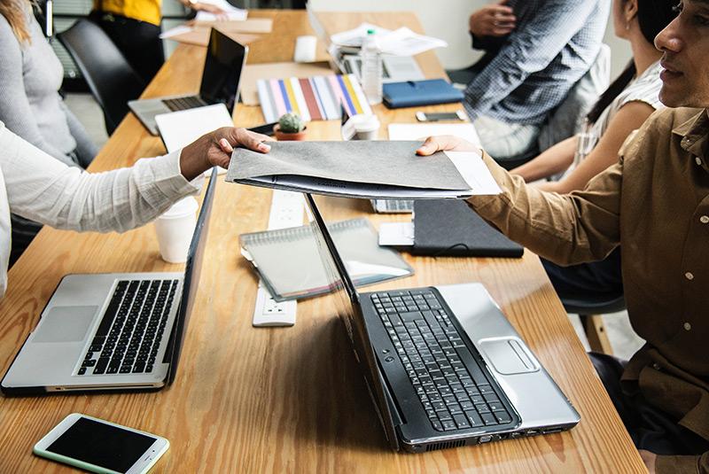 Secretária com laptops a trabalhar no back-office